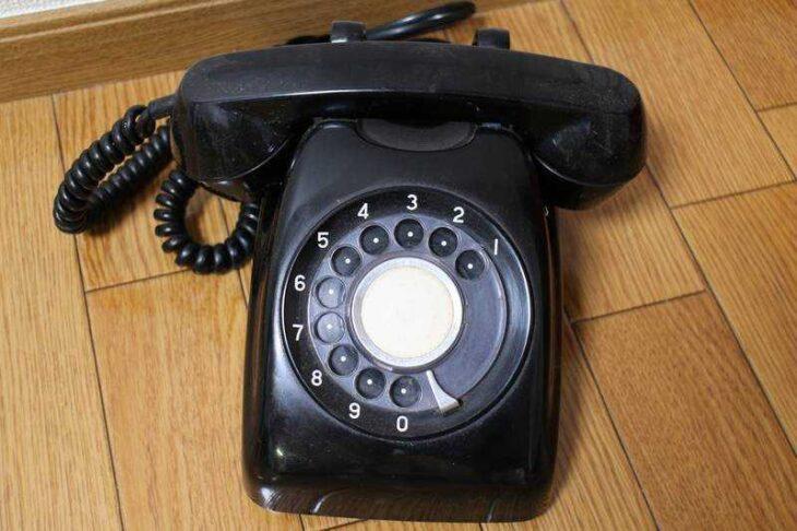 黒のダイヤル式電話